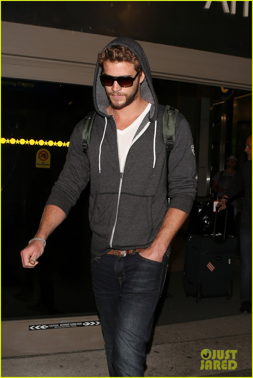 liam hemsworth lands in los angeles miley cyrus twerks 082834917