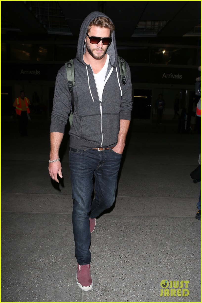liam hemsworth lands in los angeles miley cyrus twerks 092834918