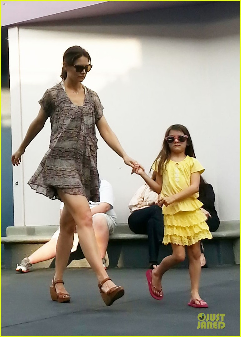 katie holmes suri disney world mother daughter duo 01