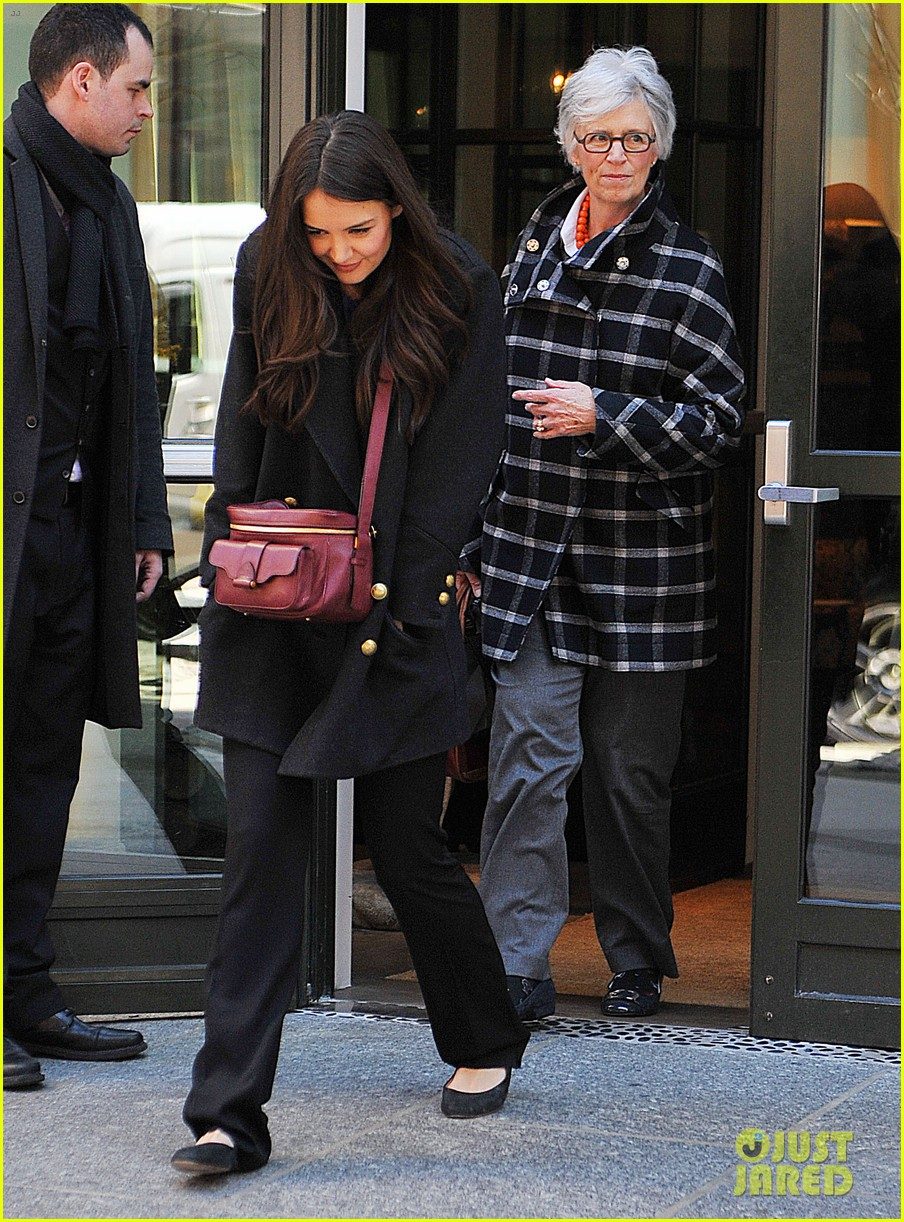 katie holmes lunch date with mom 132825963