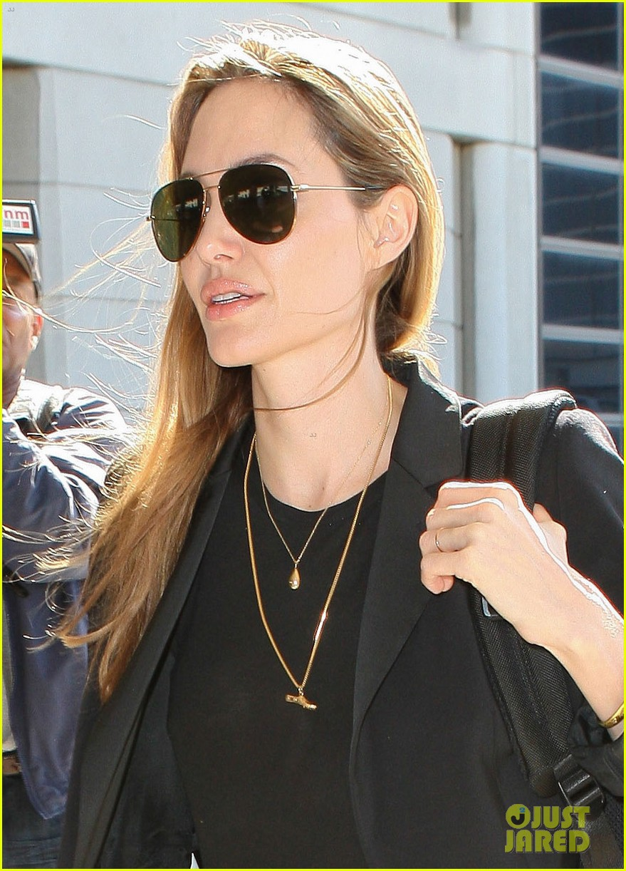 angelina jolie lands in los angeles after congo trip 022838742