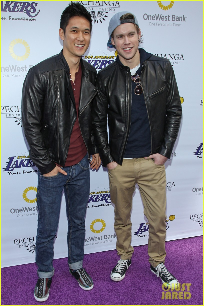 jesse tyler ferguson ryan kwanten lakers casino night 01