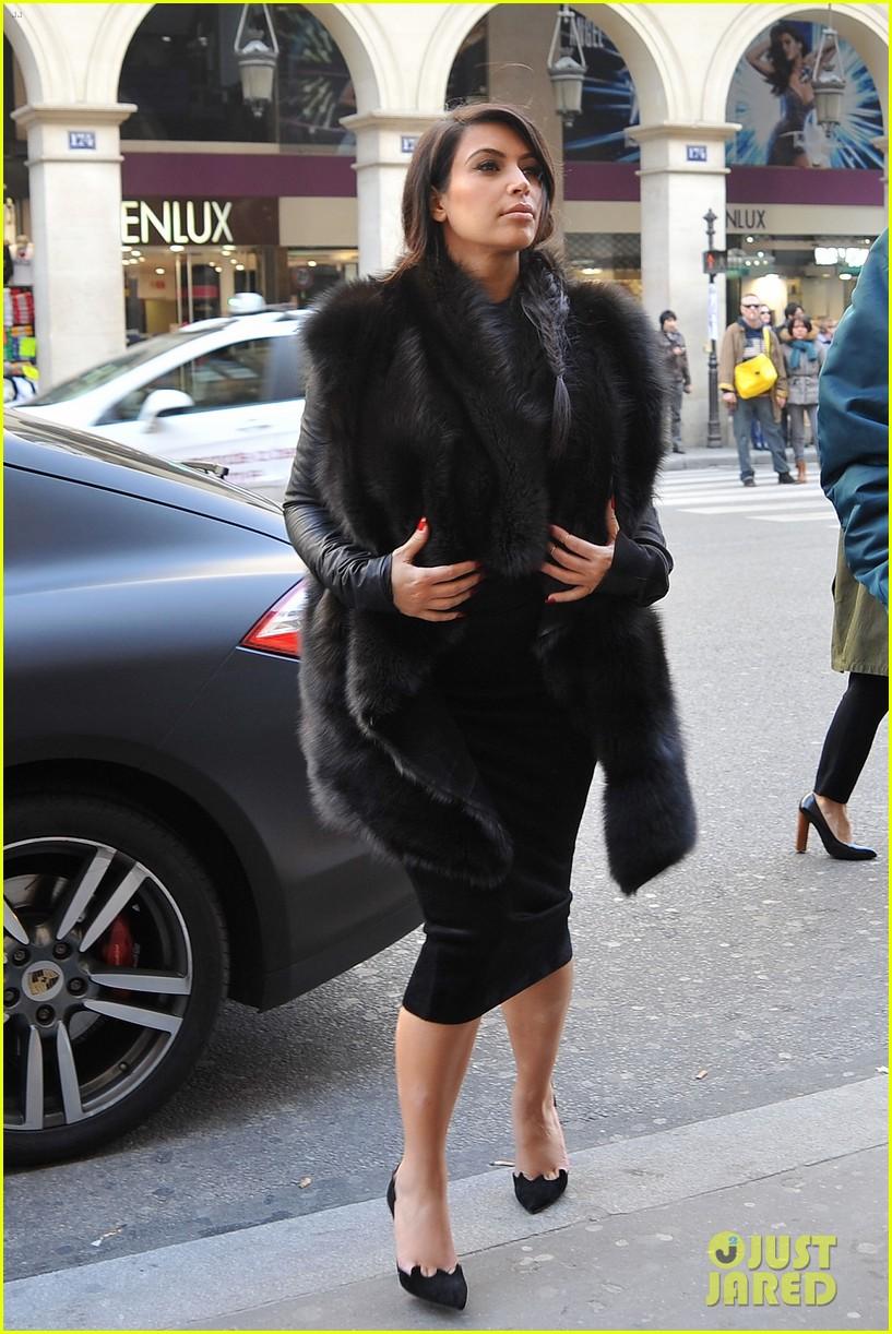 pregnant kim kardashian kanye west palais de tokyo visit 012824796