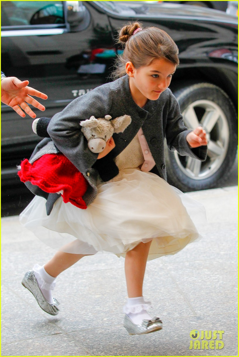 katie holmes easter party with suri 102841087