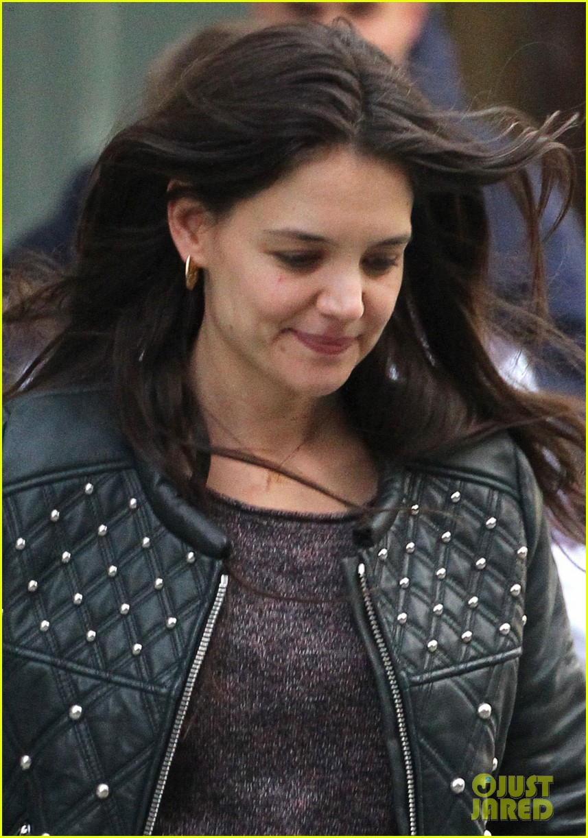 katie holmes runs after suri 022828716