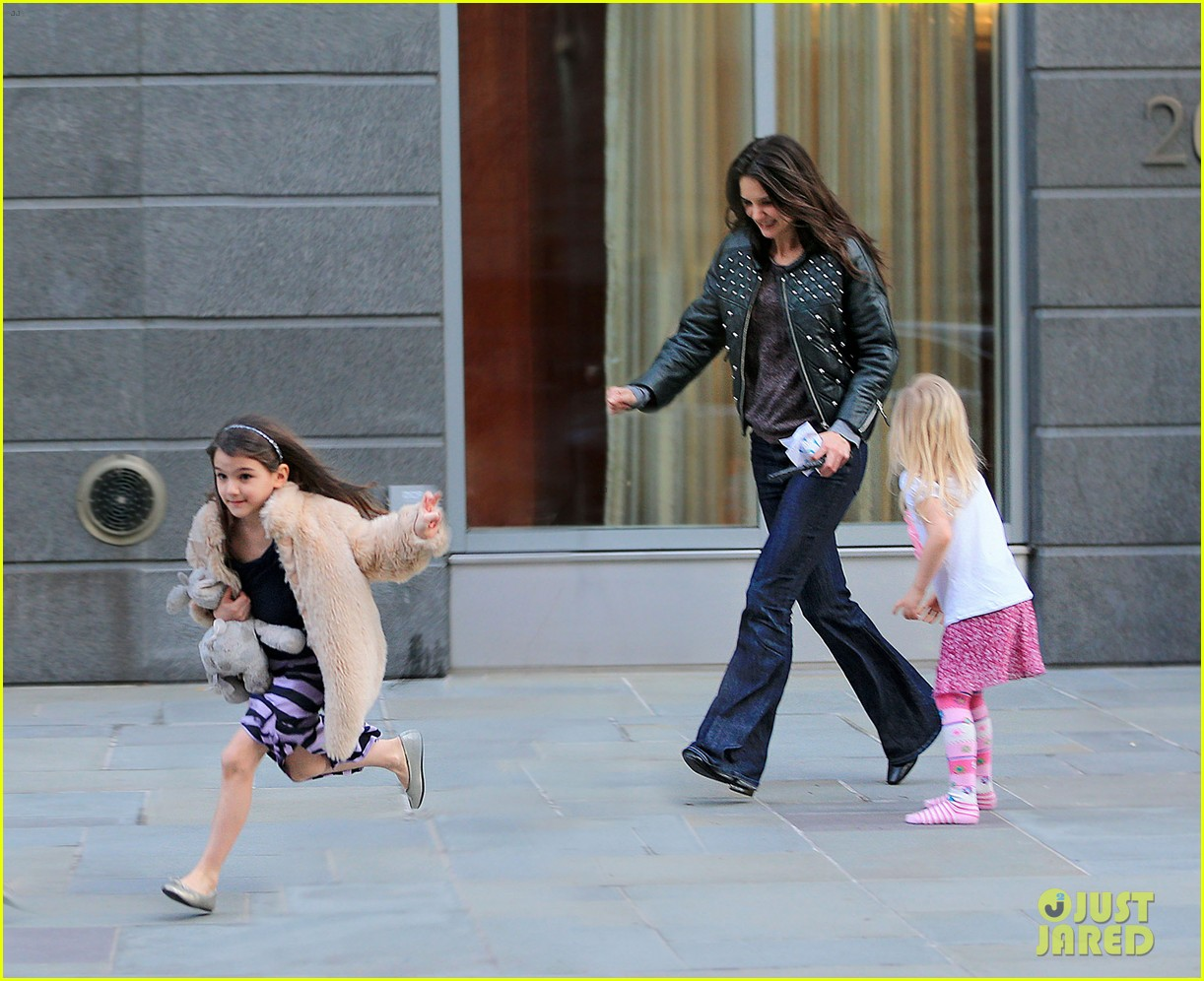 katie holmes runs after suri 03