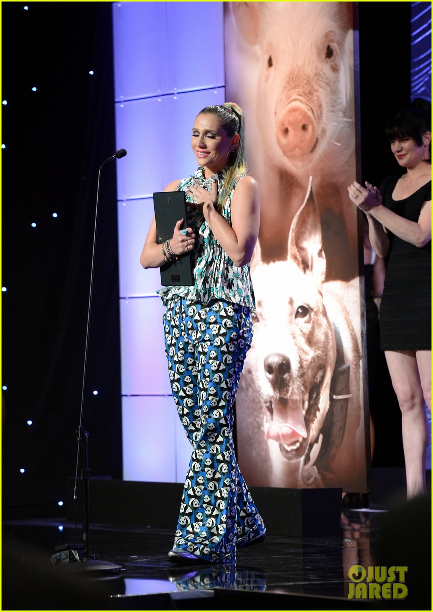 kesha kaley cuoco genesis awards gala 2013 25