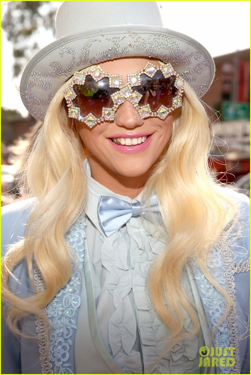 kesha louie sebert kids choice awards 2013 red carpet 022836445
