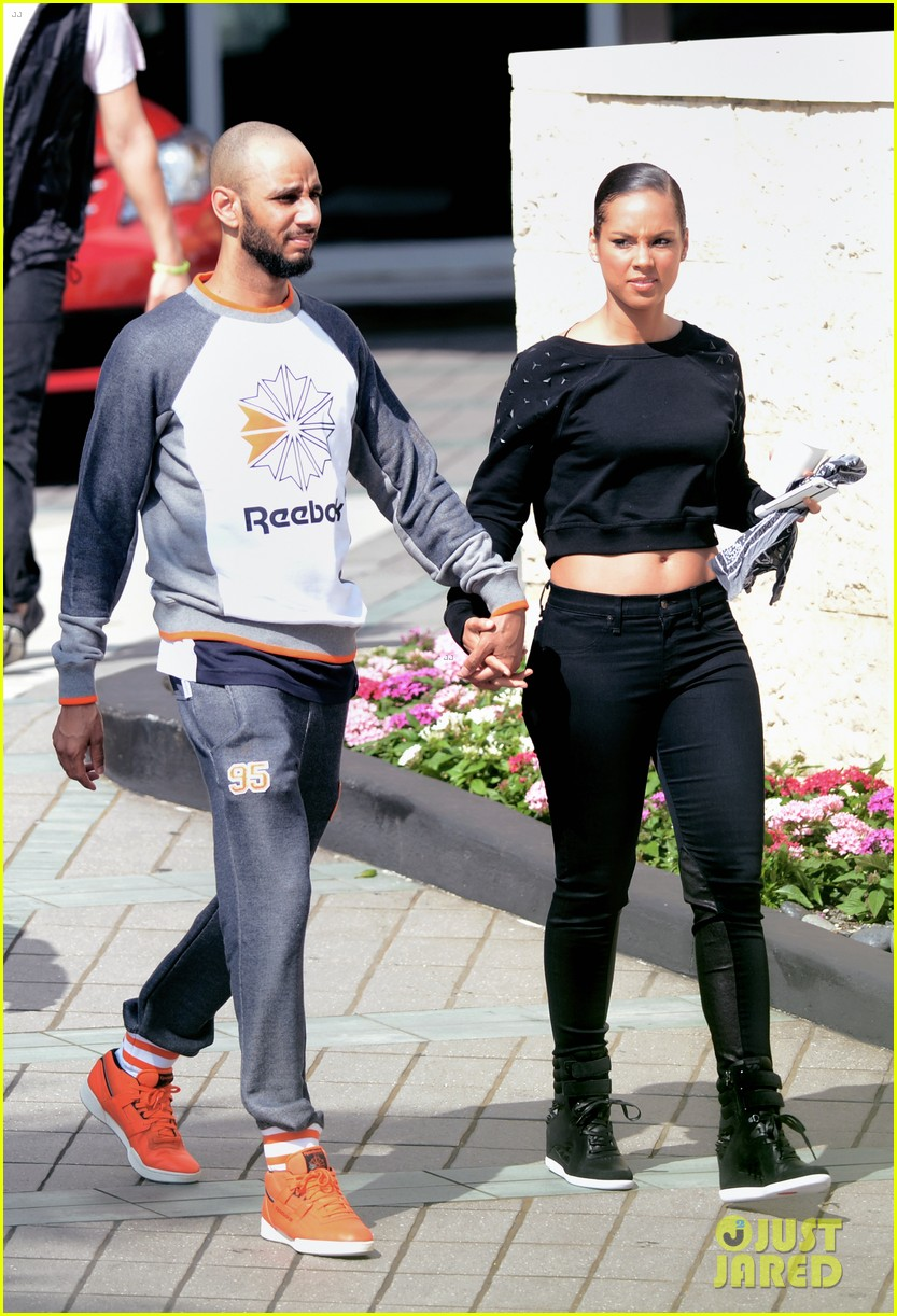 alicia keys swizz beatz holding hands in miami 03