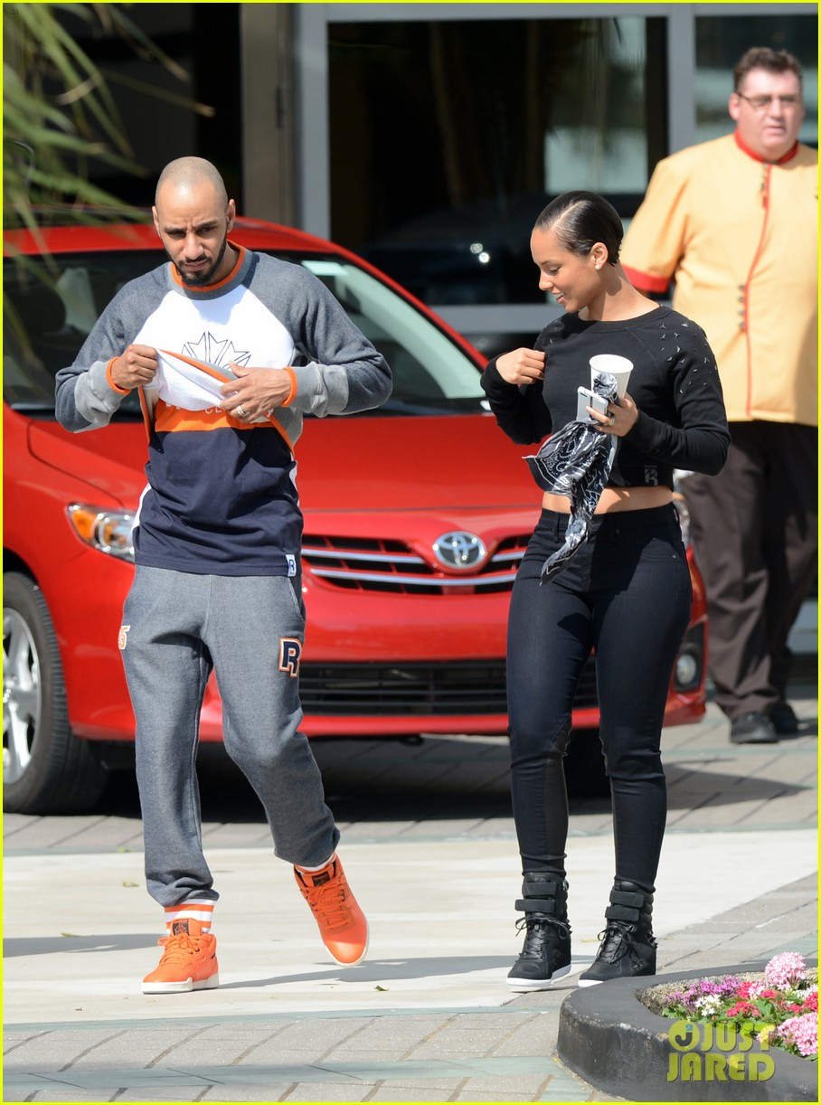 alicia keys swizz beatz holding hands in miami 07