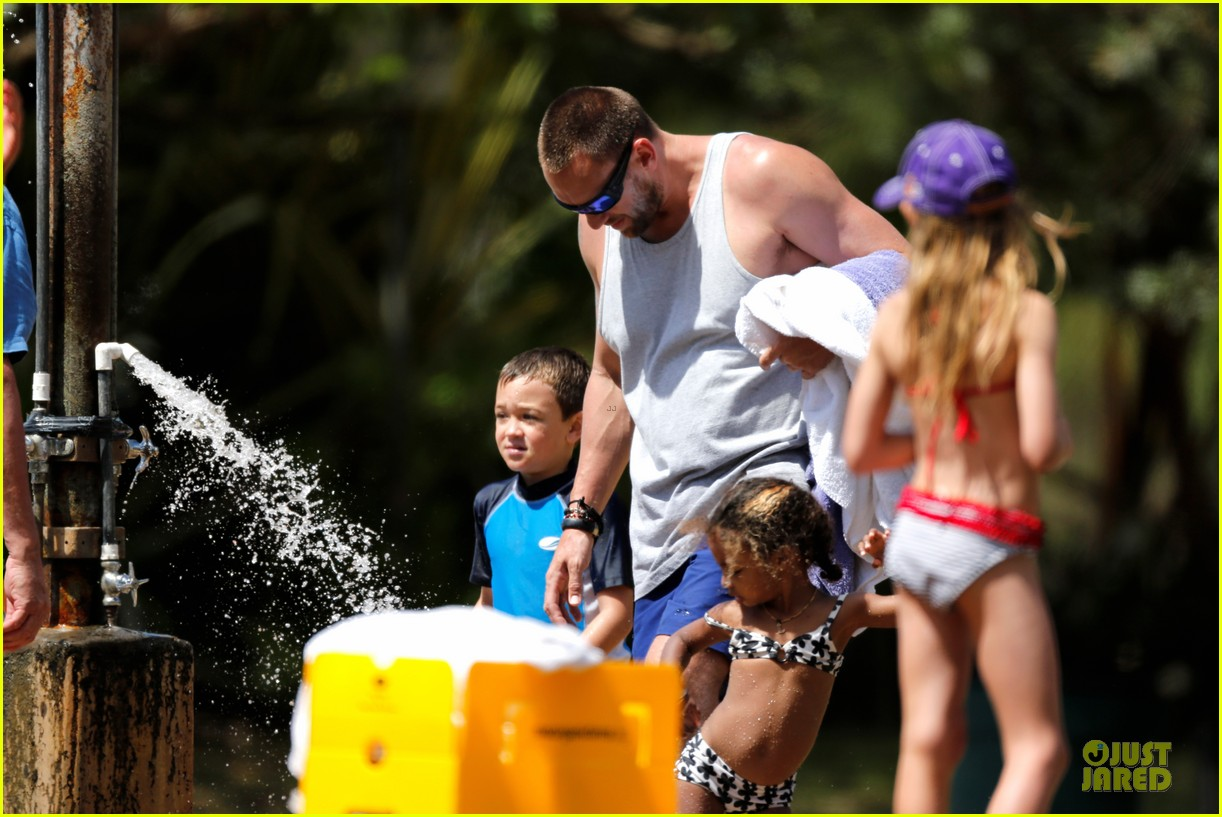heidi klum martin kirsten beach picnic with the kids 24