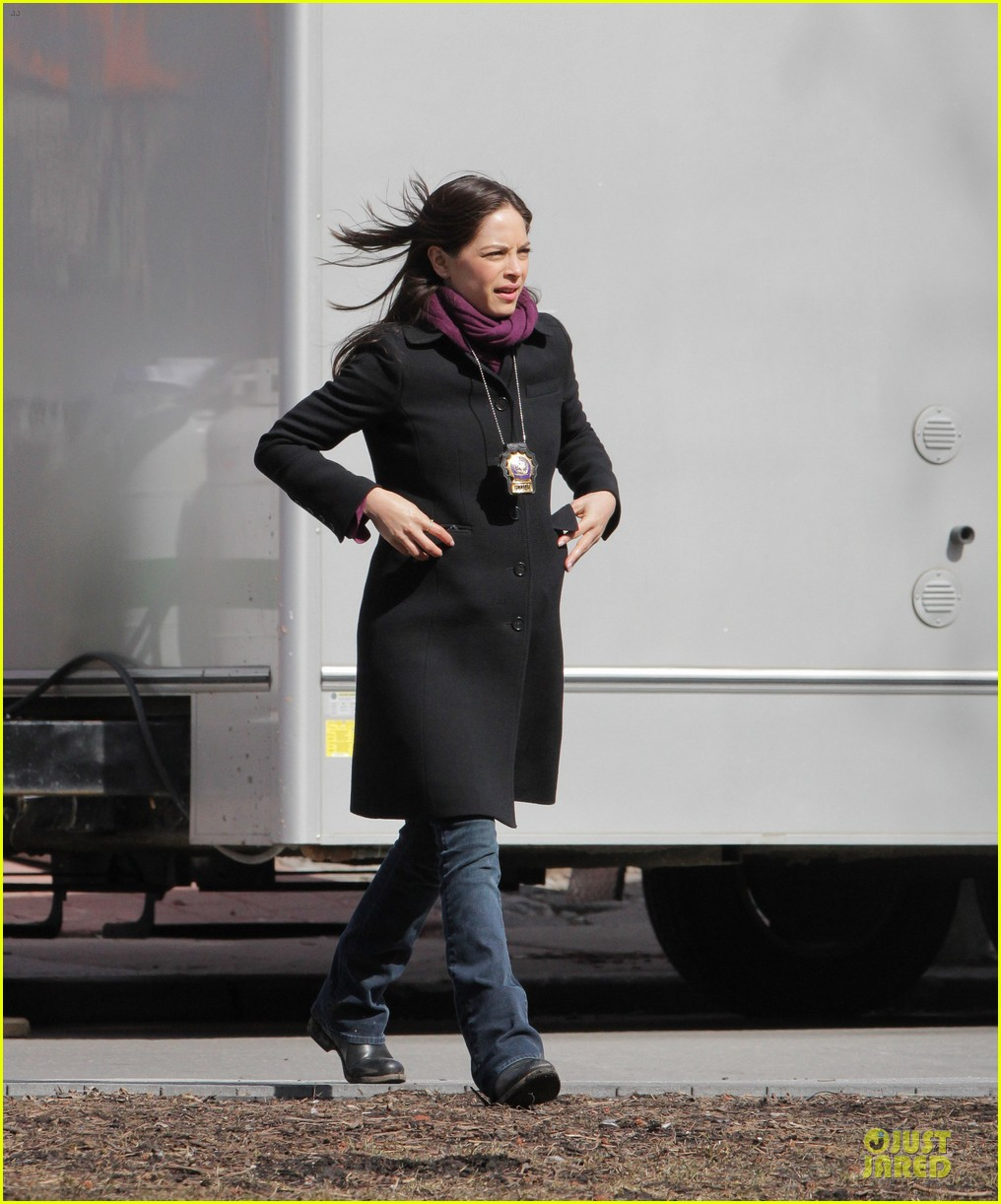 kristin kreuk gun carrying beauty and the beast scene 092838019