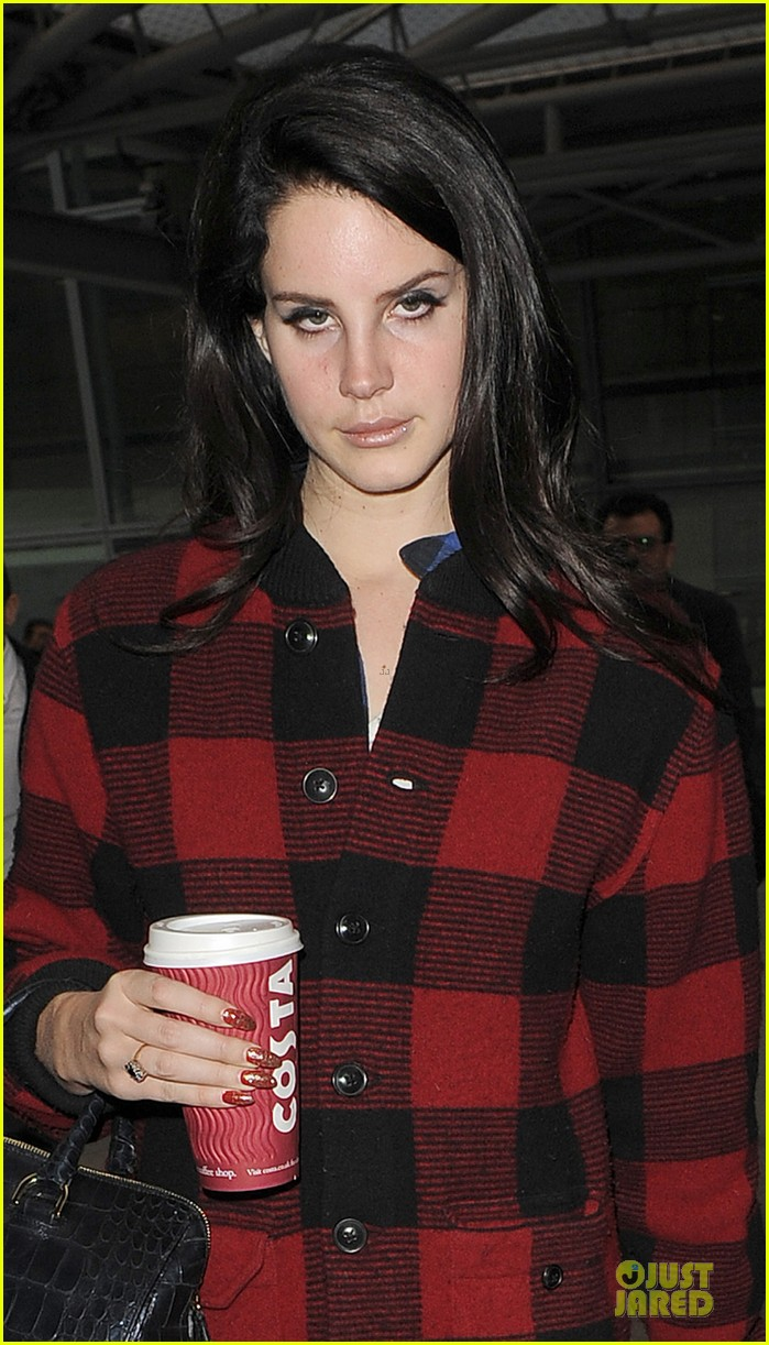 lana del rey london arrival after echo awards wins 04
