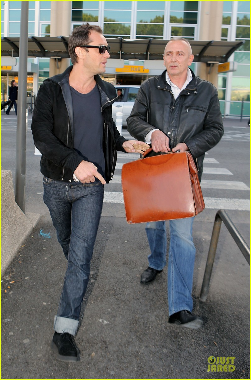 jude law au revoir to france with a mystery woman 03