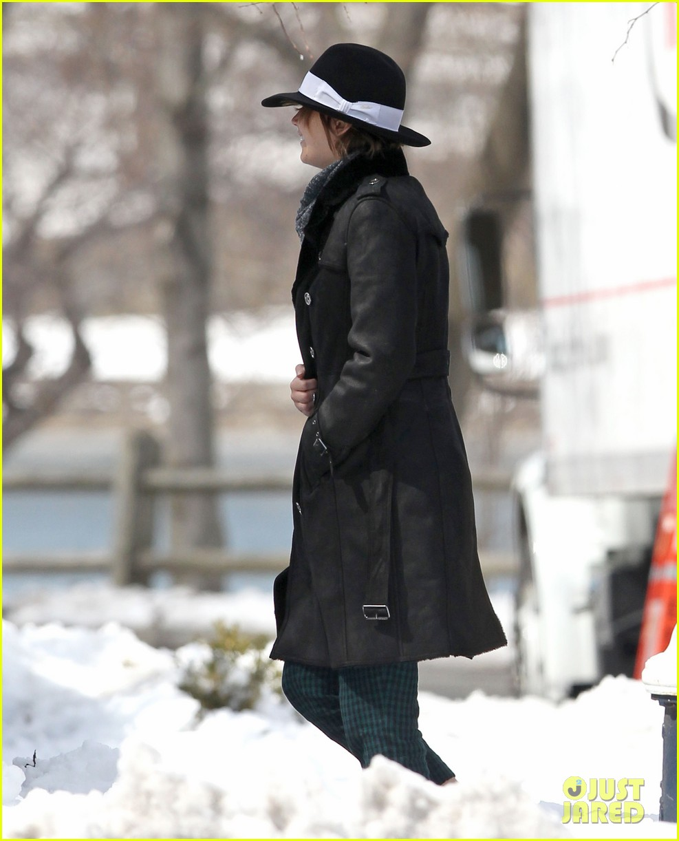 jennifer lawrence braves snow on set 032834548