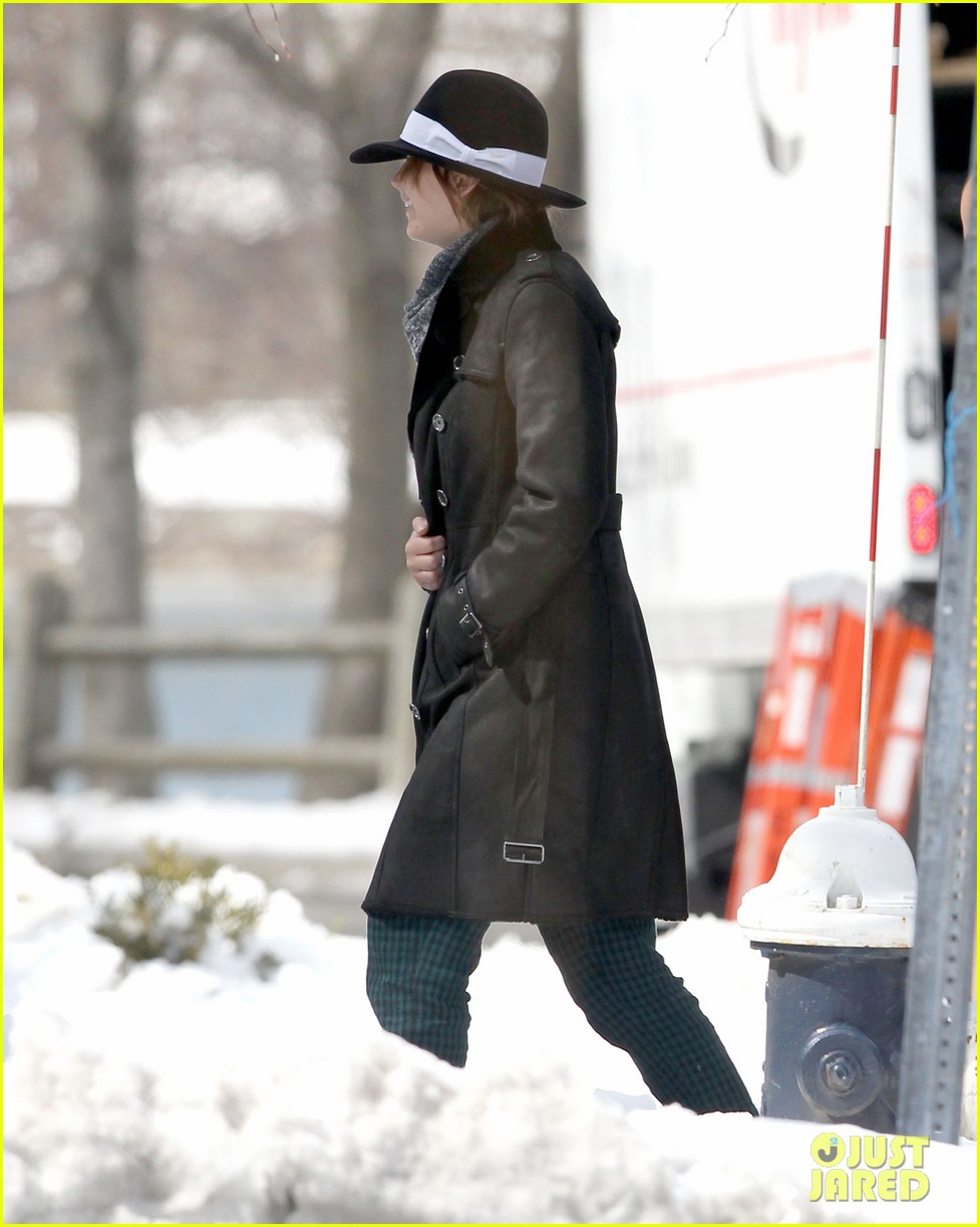 jennifer lawrence braves snow on set 092834554