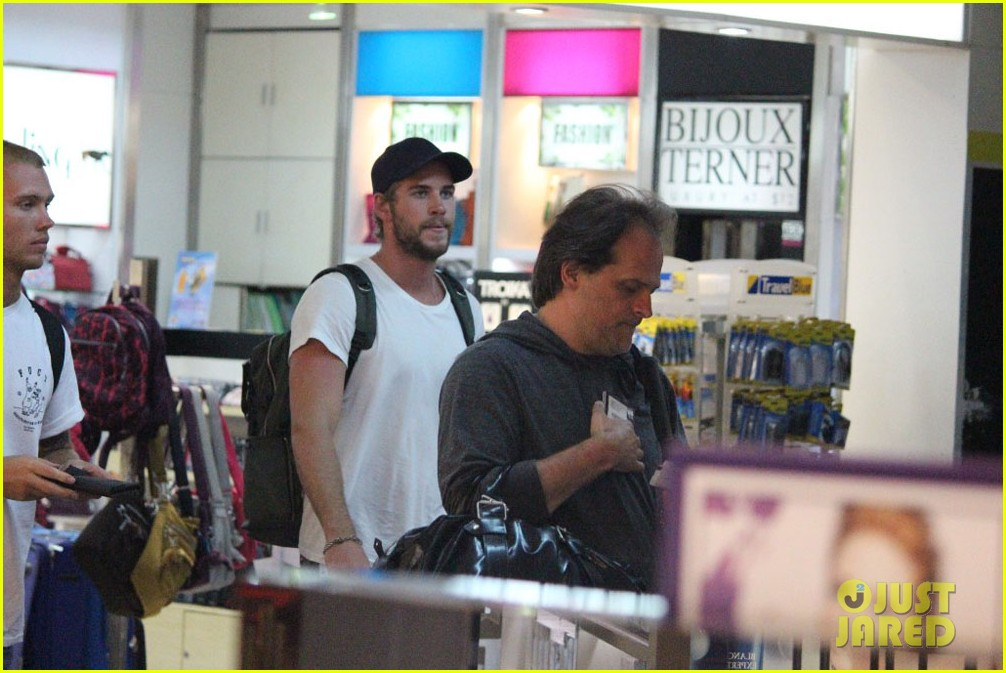 liam hemsworth leaves manila miley cyrus tweets engagement ring pic 042834400