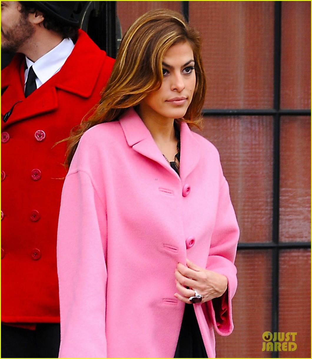 eva mendes lady in pink 012829279