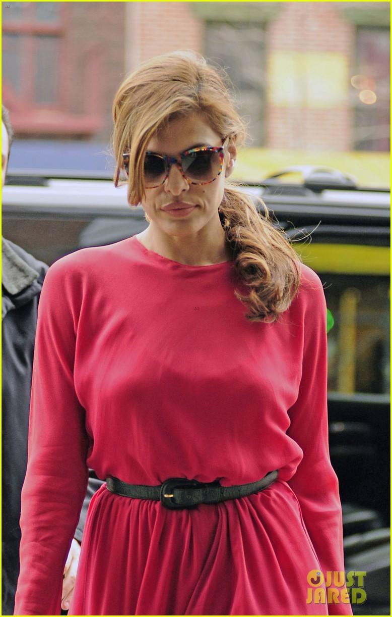eva mendes lady in pink 052829283