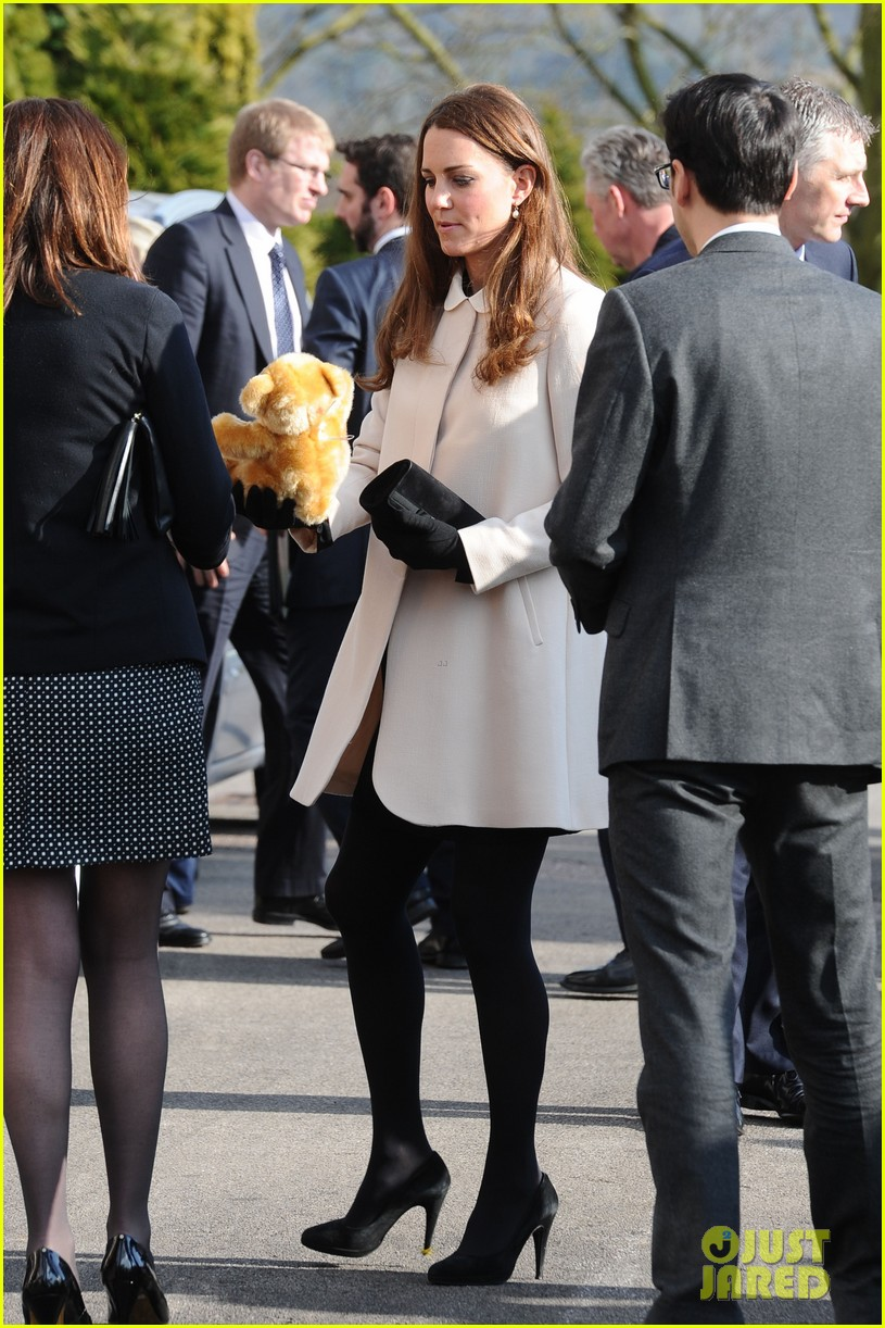 kate middleton pregnant child bereavment center visit with prince william 04