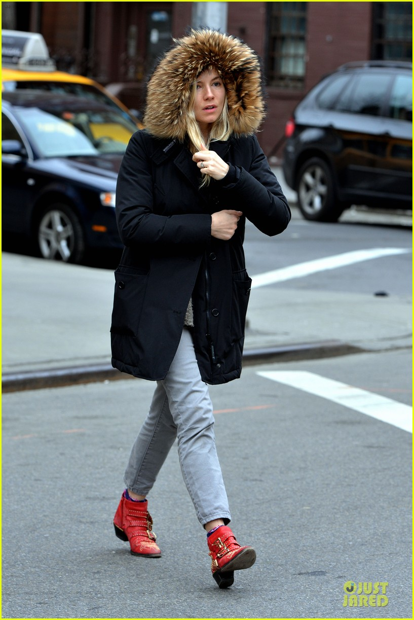 sienna miller red hot stroll in the big apple 012833034