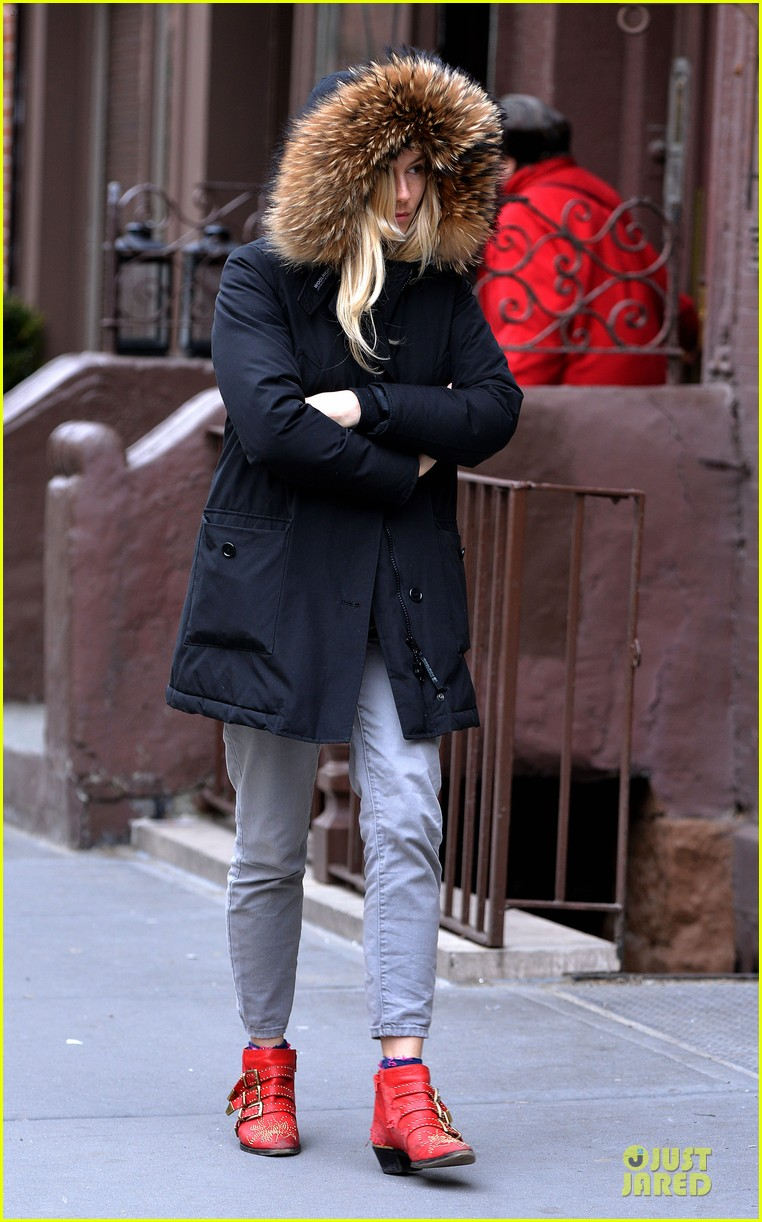 sienna miller red hot stroll in the big apple 082833041