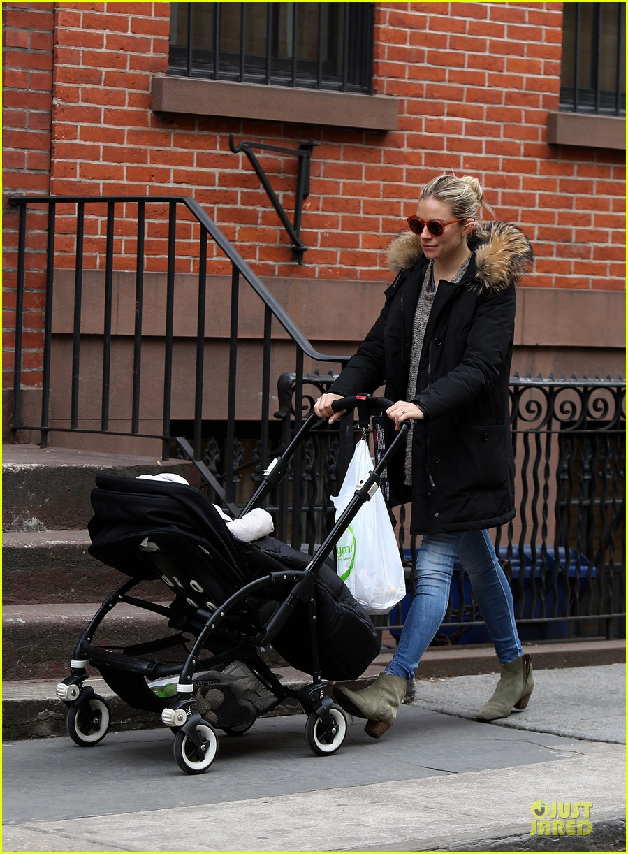 sienna miller stroller pushing with marlowe 07