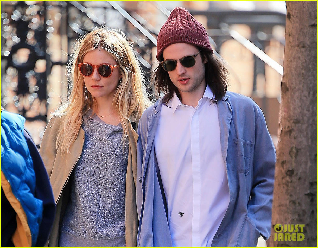sienna miller tom sturridge west village walk with marlowe 02