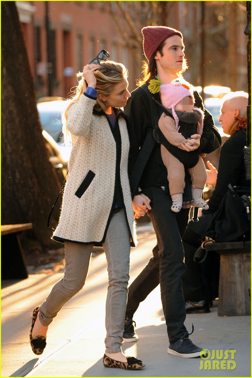 sienna miller tom sturridge west village walk with marlowe 03