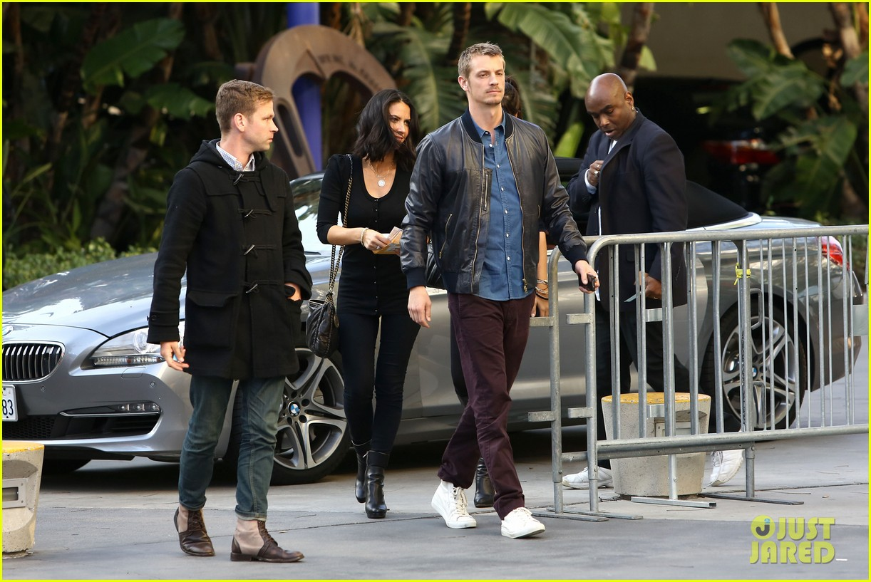 olivia munn joel kinnaman lakers lovebirds 112832672