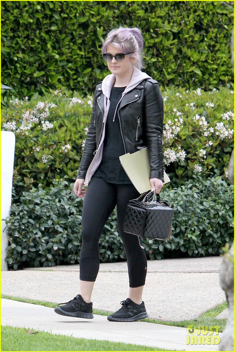 kelly osbourne steps out post seizure hospitalization 012832532