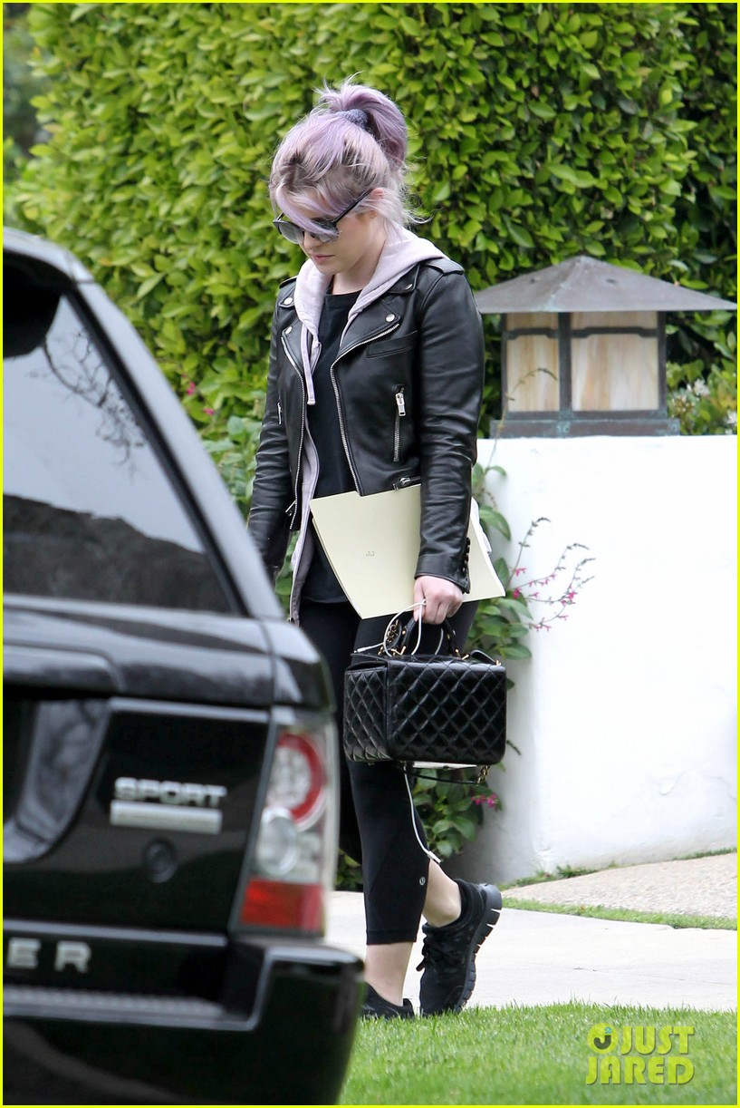 kelly osbourne steps out post seizure hospitalization 132832544