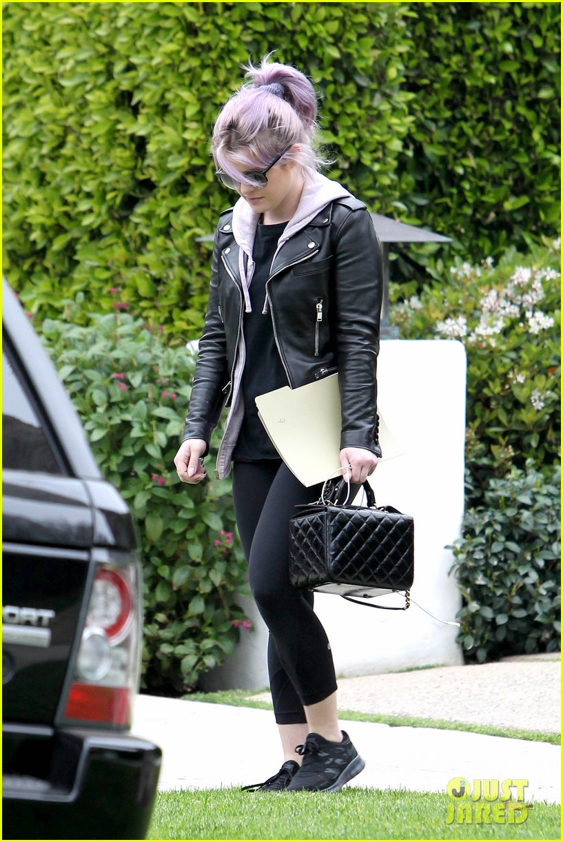 kelly osbourne steps out post seizure hospitalization 152832546