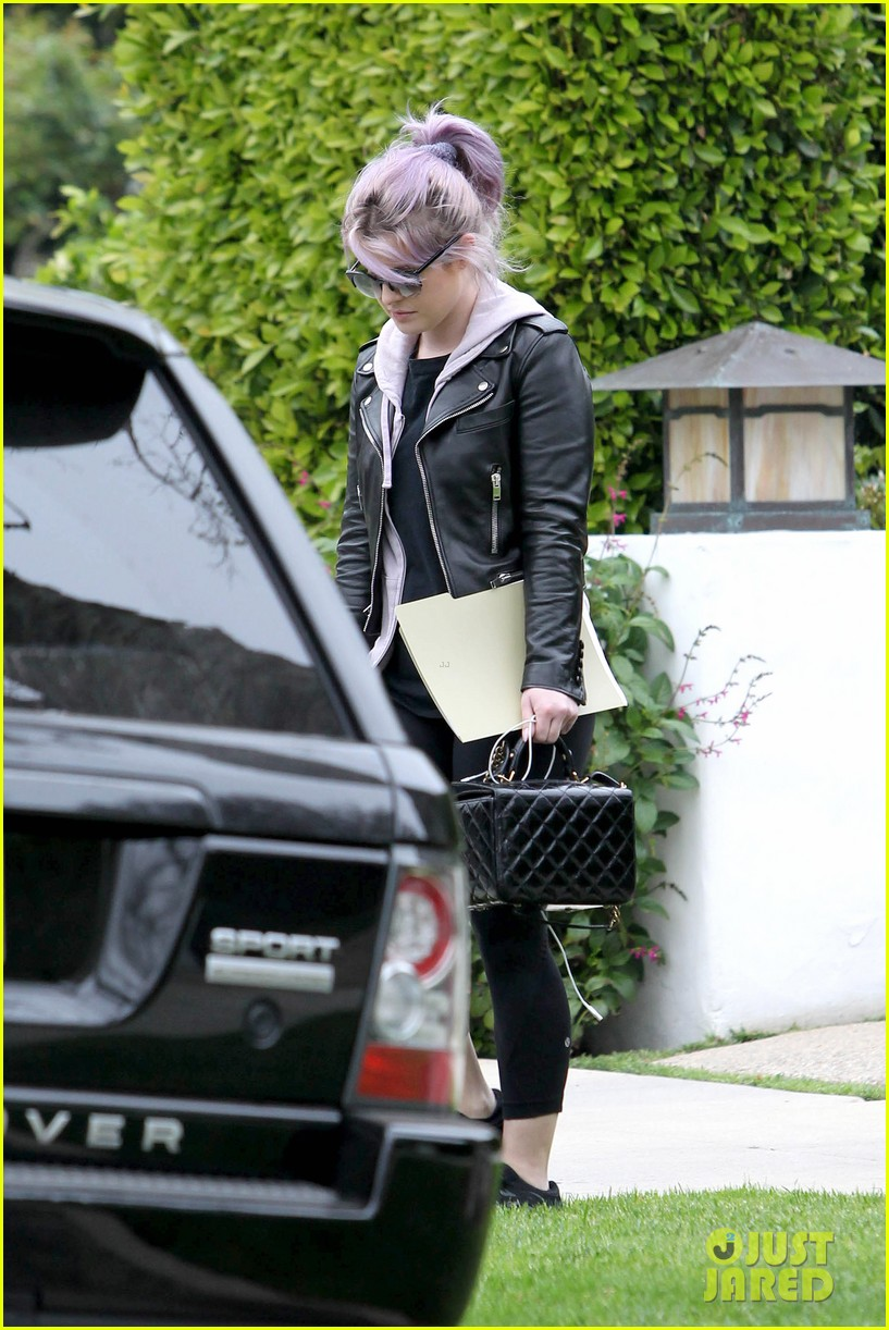 kelly osbourne steps out post seizure hospitalization 172832548