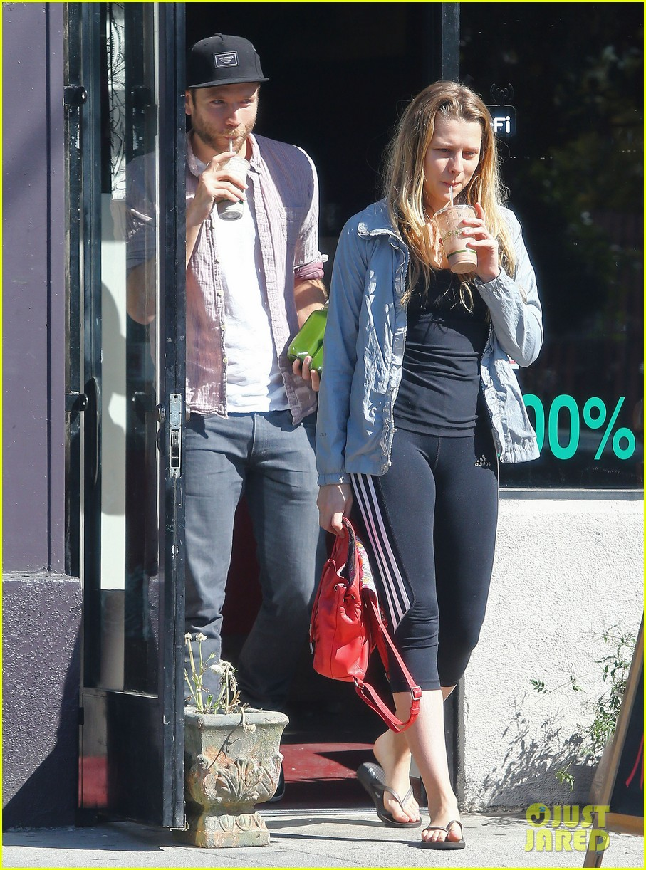 teresa palmer grabs smoothies with mark webber 012822782