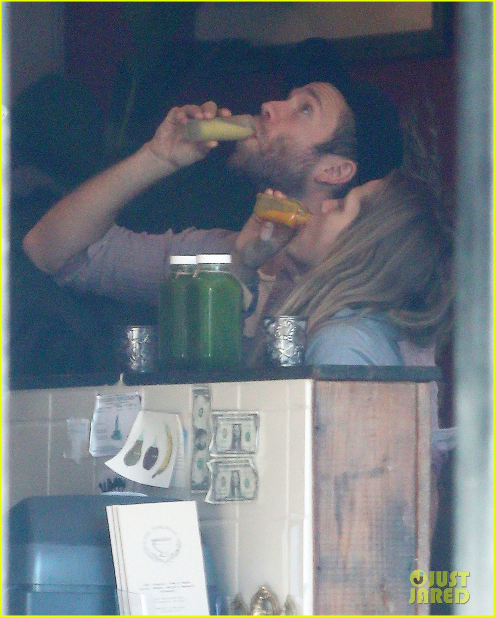 teresa palmer grabs smoothies with mark webber 022822783