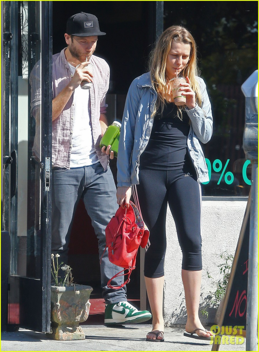 teresa palmer grabs smoothies with mark webber 052822786