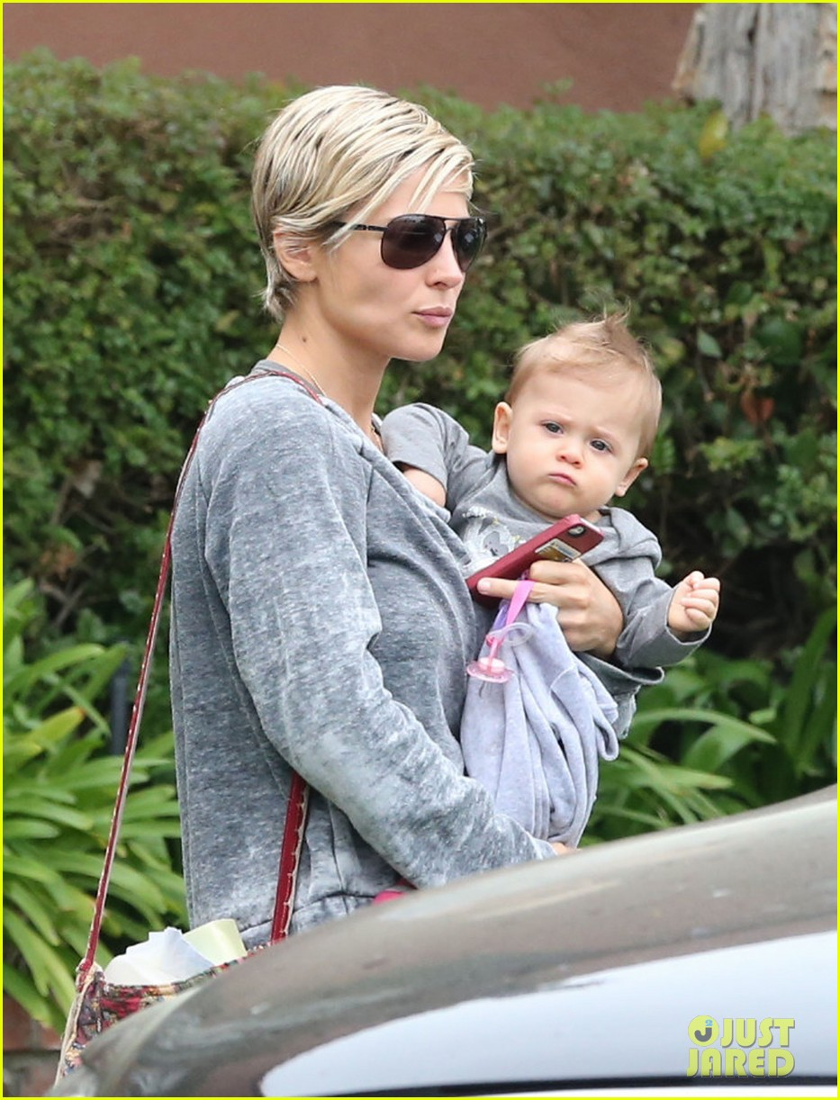 elsa pataky india mommy daughter errands 022834376