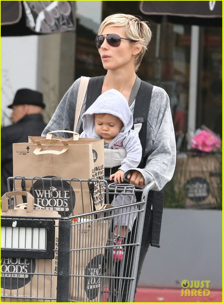 elsa pataky india mommy daughter errands 042834378