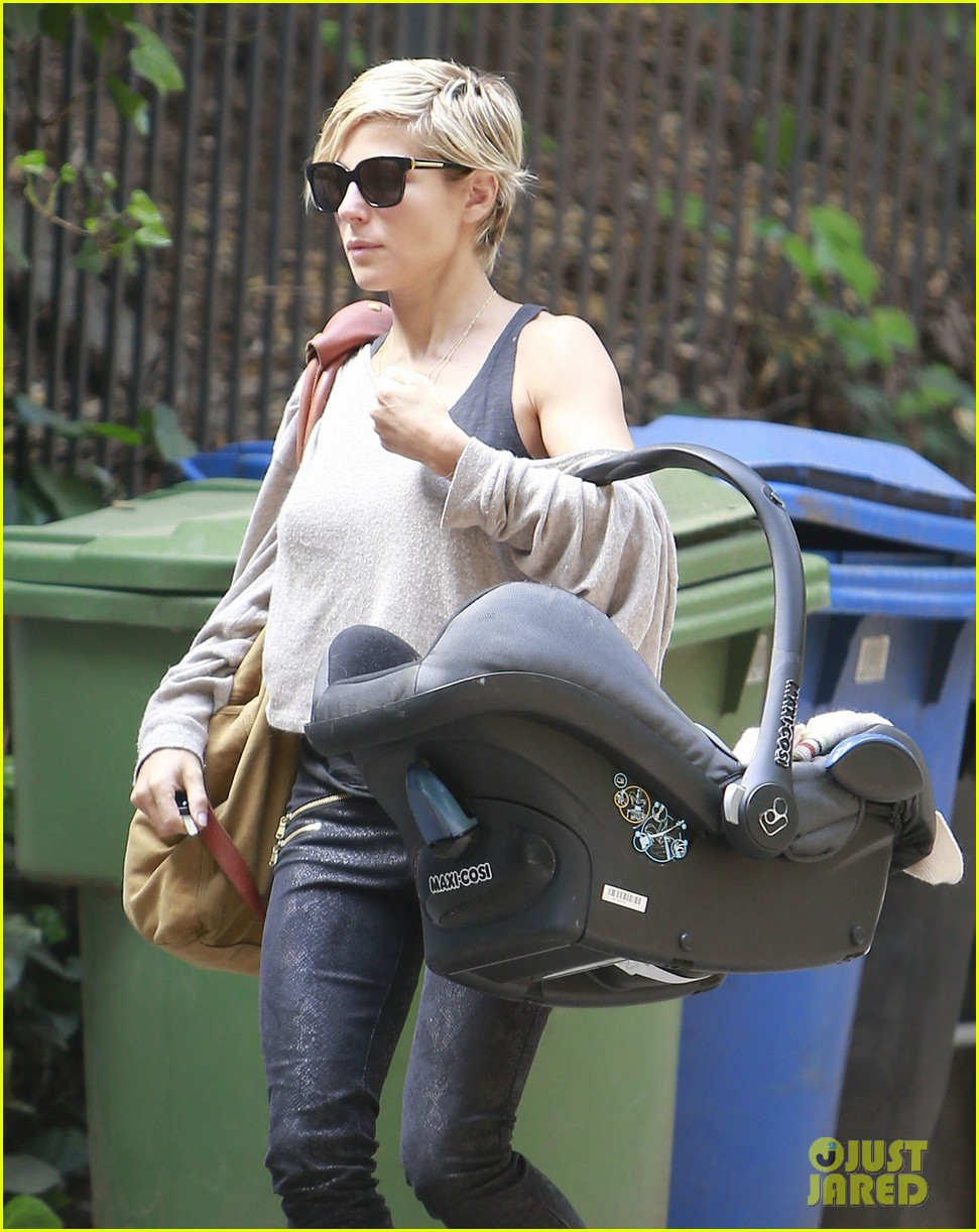 elsa pataky india mommy daughter errands 112834385