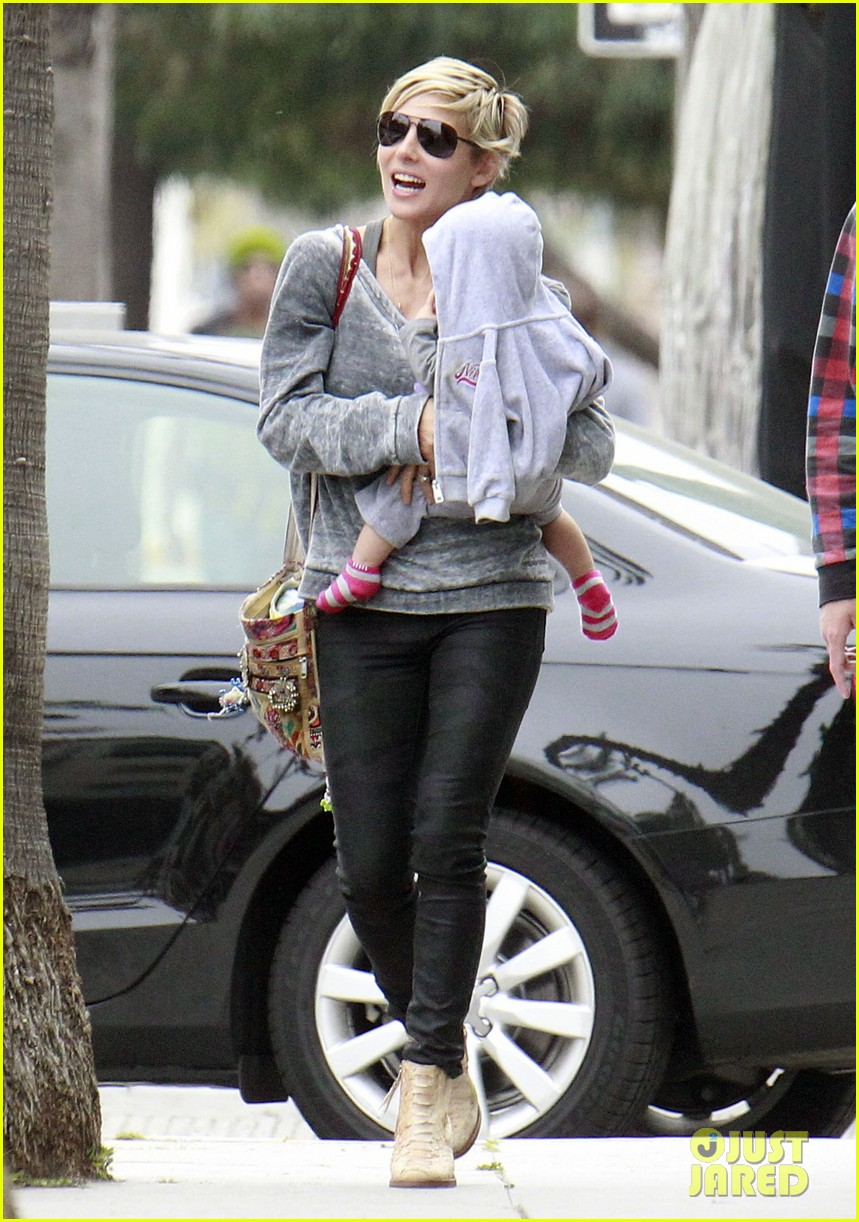 elsa pataky india mommy daughter errands 132834387