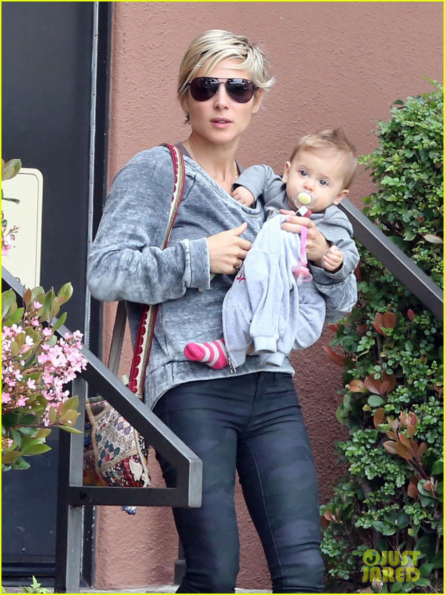 elsa pataky india mommy daughter errands 142834388
