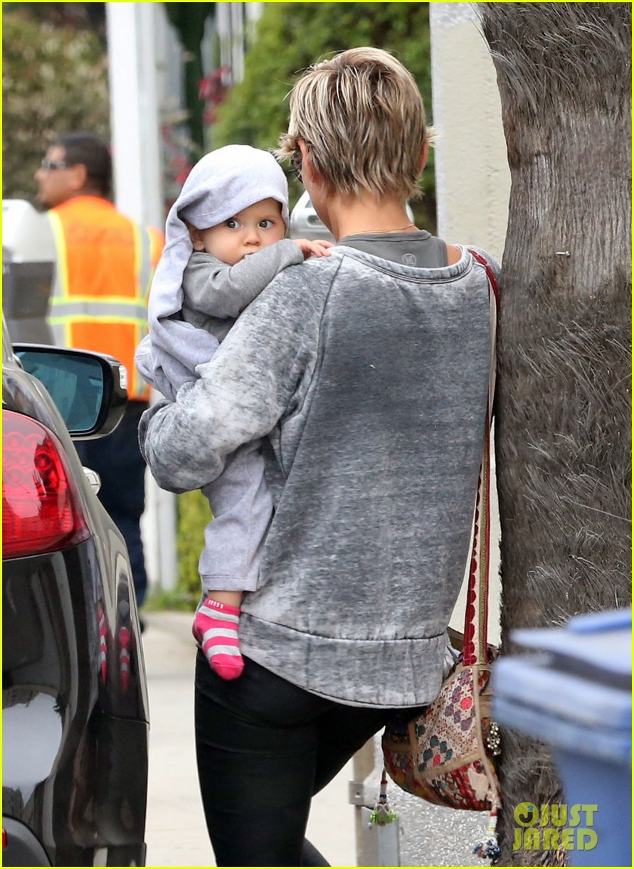 elsa pataky india mommy daughter errands 152834389