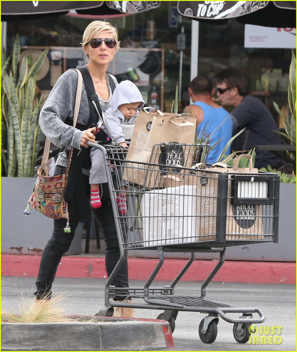 elsa pataky india mommy daughter errands 172834391