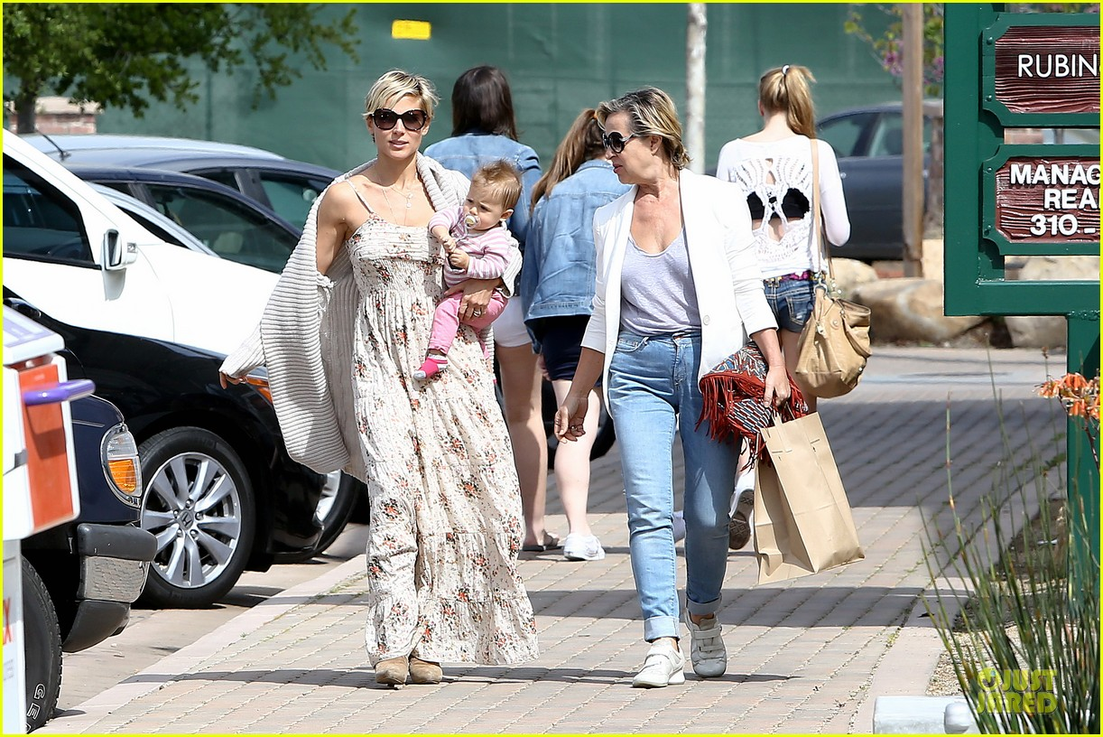 elsa pataky india taverna tony with mom cristina 17