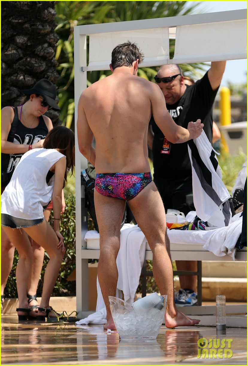 michael phelps shirtless speedo poolside afternoon 082834570