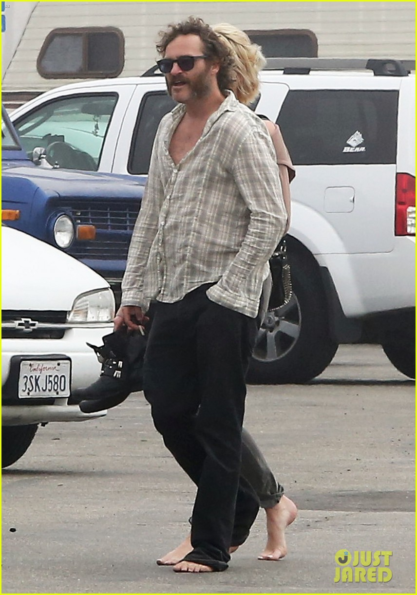 joaquin phoenix barefoot stroll in venice with heather christie 012829800