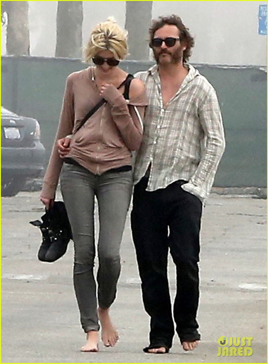 joaquin phoenix barefoot stroll in venice with heather christie 022829801