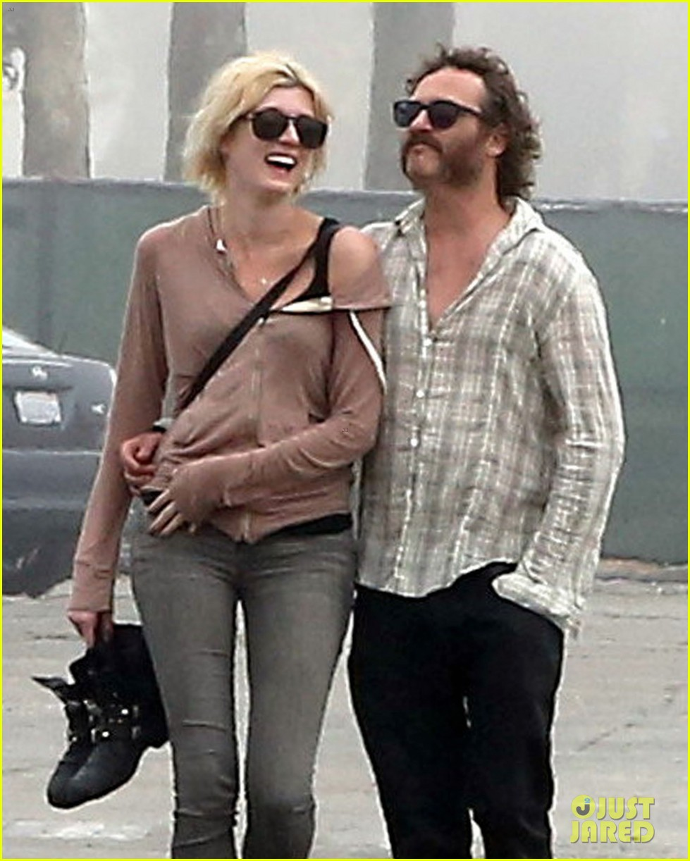 Joaquin Phoenix: Barefoot Stroll in Venice with Heather ...