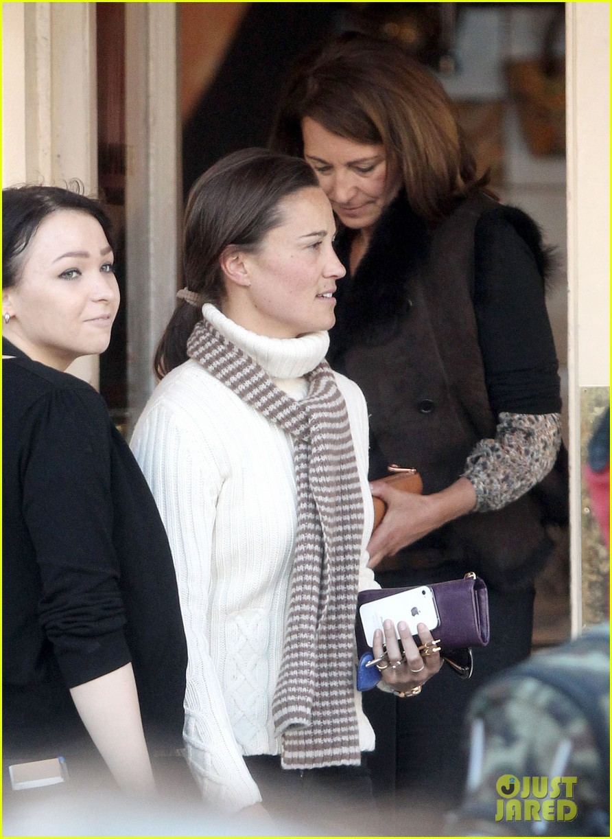 pippa middleton comptoir lunch with mom carole 102827314